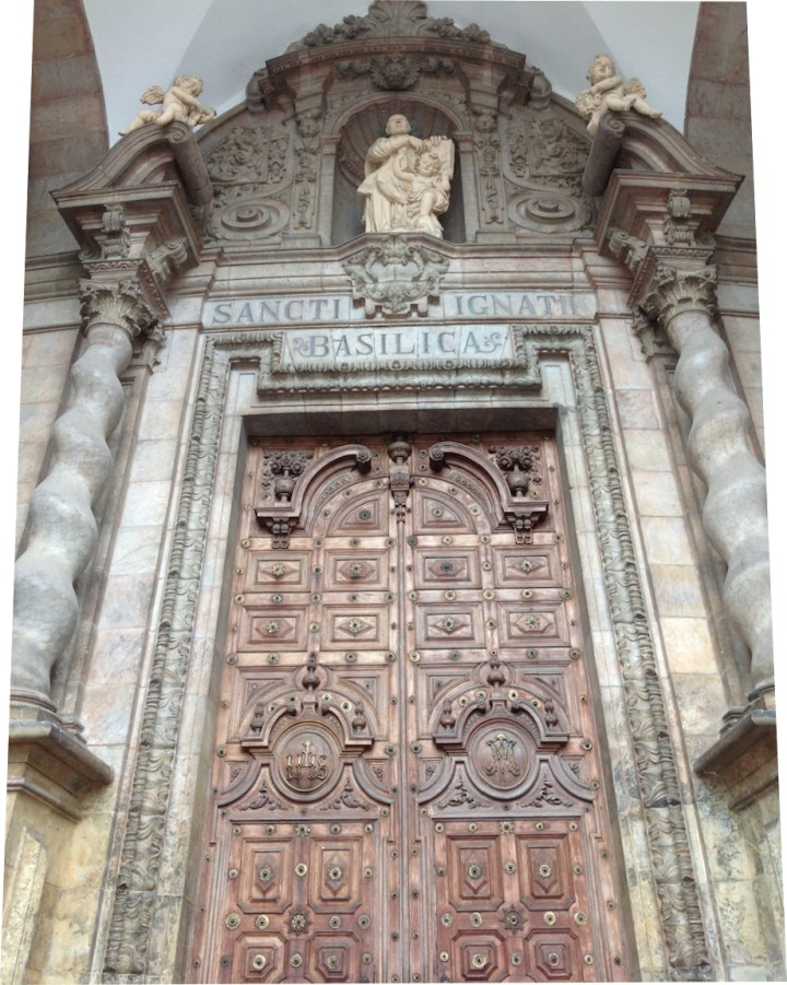 "Estatua de San Ignacio sobre la puerta principal. ""Sancti Ignati Basílica""."