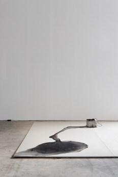 Kitty Kraus, « Untitled (Ice Lamp) », 2006. Glace, encre, prise électrique, ampoule et câble. Photo : Aurélien Mole© ; courtesy Palais de Tokyo.