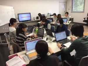 養成講座で受講者がパソコンに向かって作業している様子