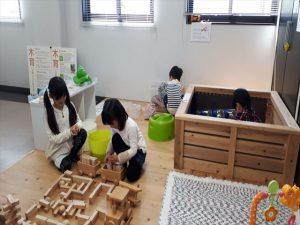 キッズスペースで遊ぶ子供