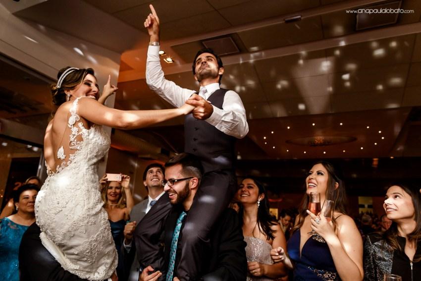 Noivos são carregados em casamento árabe no Brasil