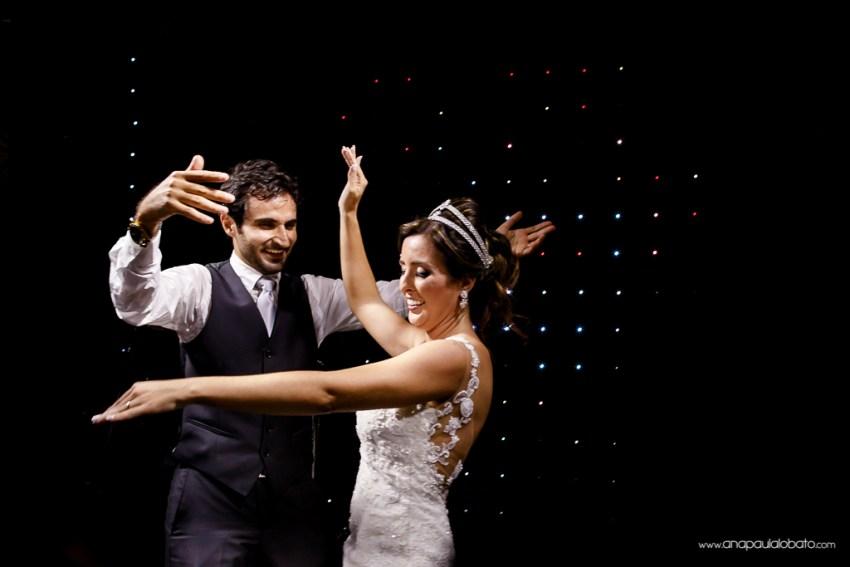 Noivos dançam dança típica árabe no palco de seu casamento em BH