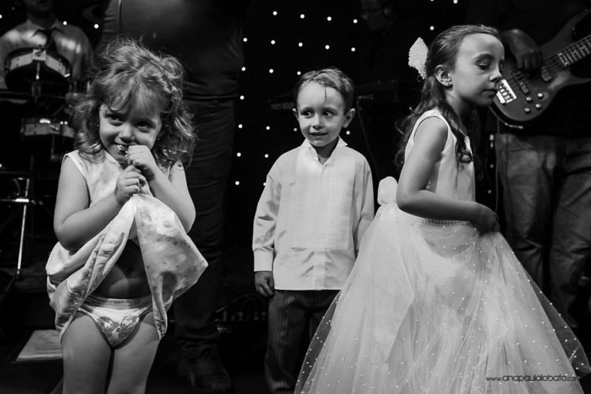 Crianças se divertem no palco de casamento