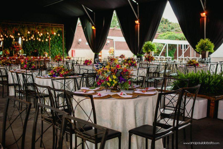 decoração de casamento com flores coloridas e luzinhas