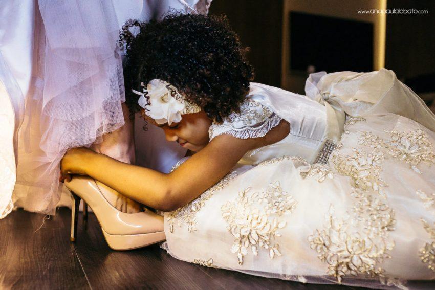 filha colocando sapato mãe noiva
