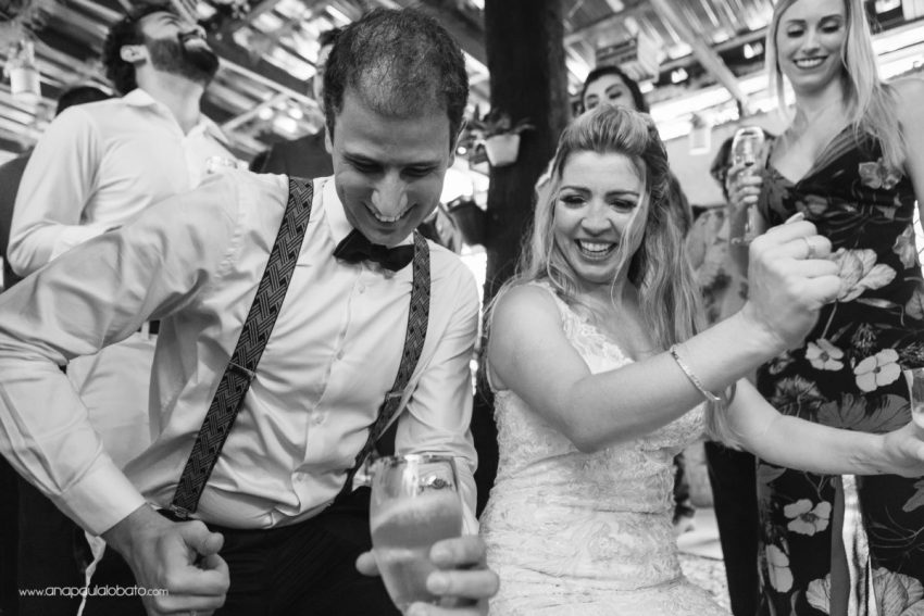 wedding photographer makes party pictures