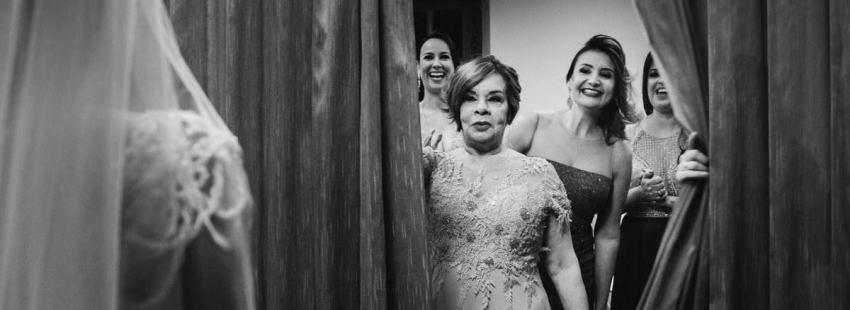 fotógrafo de casamento em BH flagra momento que a mãe vê a noiva pela primeira vez
