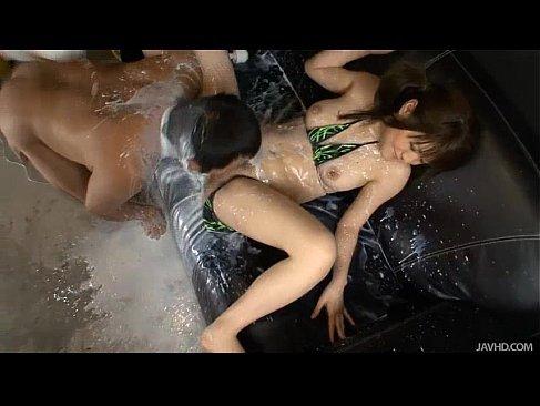 ふわりが大量牛乳浣腸をされて必死に我慢するが男優にぶっかけてしまうキョニュ動画(無料