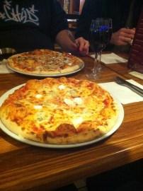 Pizza italiana em Londres. Esse é o tamanho individual! Cheia de queijos!
