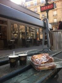 Saudoso pain au chocolat com espresso no banco da rua em Paris...
