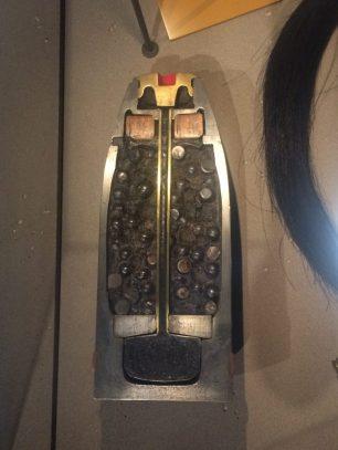Um dos objetos em exposição, uma bomba da primeira guerra.