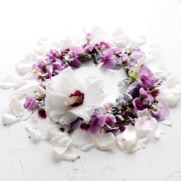late summer wreath with hibiscus and everlasting pea