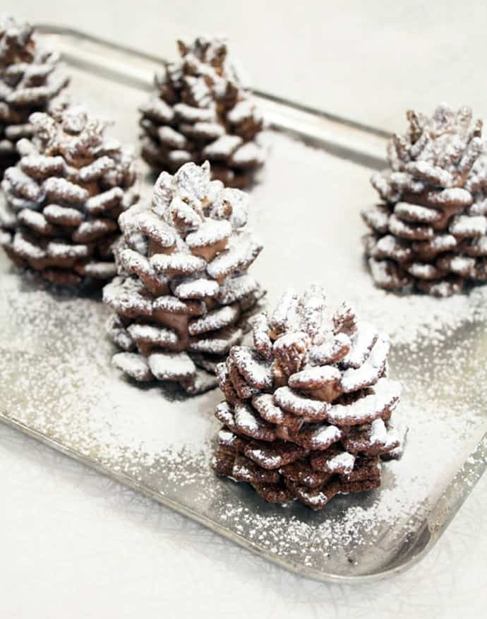 Quick and Easy Snowy Chocolate Pinecones Recipe - Best Christmas Desserts - Recipes and Christmas Treats to Try this Year! Try these amazing and cute easy Christmas dessert recipes to have a great party for your kids, friends, and family! Cupcakes, cakes, sweet bites, pies, brownies, home-made Christmas popcorn, Christmas cookies and other delights. #christmas #dessertfoodrecipes #xmas #recipes #food #christmasfood