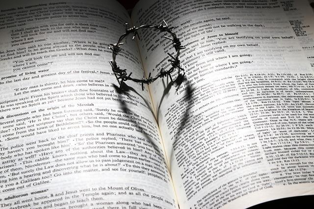 L'Amour de Dieu représenté par une Bible et l'ombre d'une couronne d'épine formant un cœur,