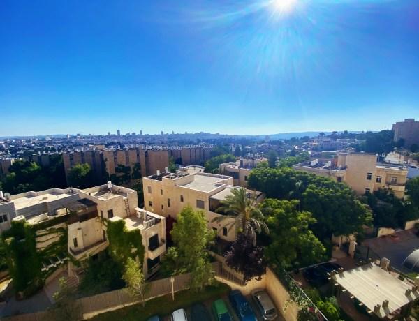Vue de Jérusalem à partir de la fenêtre de ma chambre à coucher. French Hill/ Mont Scopus