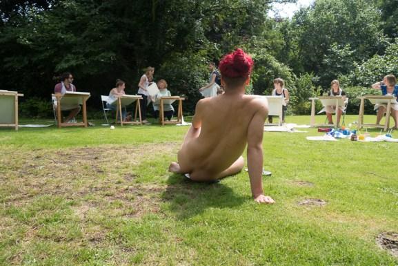 Daniel poseert voor vrijgezellenfeest in een tuin