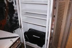 ντουλάπα με ένα φουρνακι μέσα. δίπλα φαίνεται μια κουζίνα