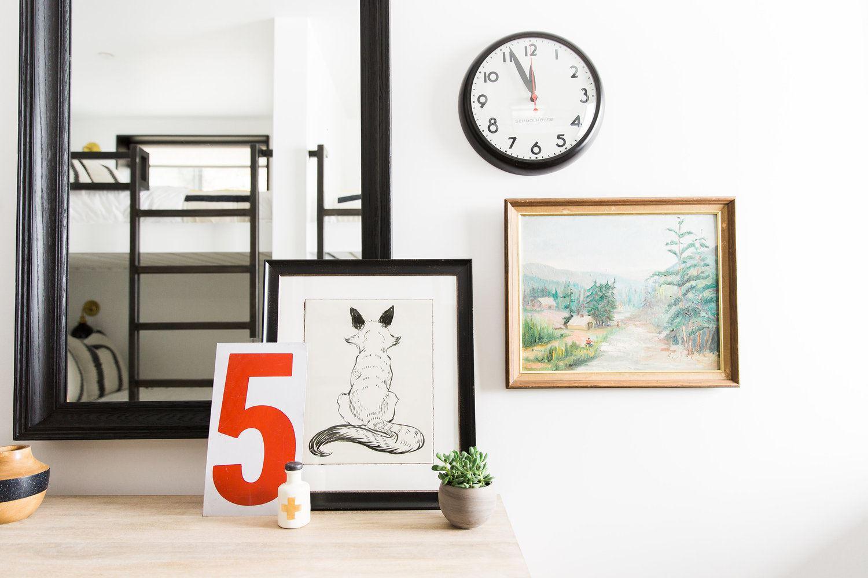Habitación infantil decorada con detalles de temática rústica de montaña en blanco y negro