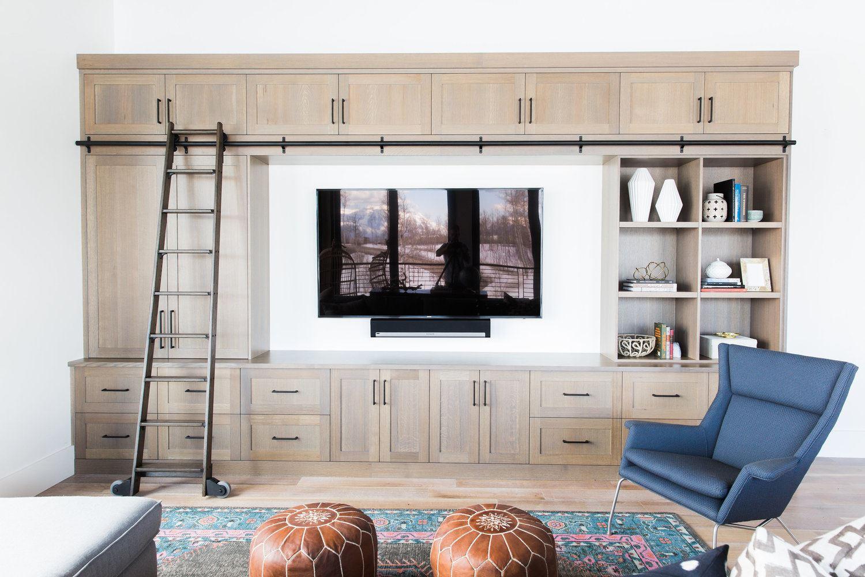 Zona de estar mobiliario a medida de madera, de estilo mid-century moderno