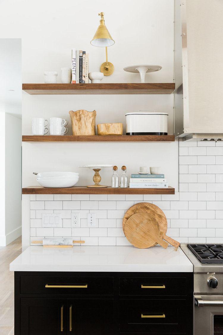 Cocina de estilo clásico moderno, con decoración y detalles de estilo industrial chic
