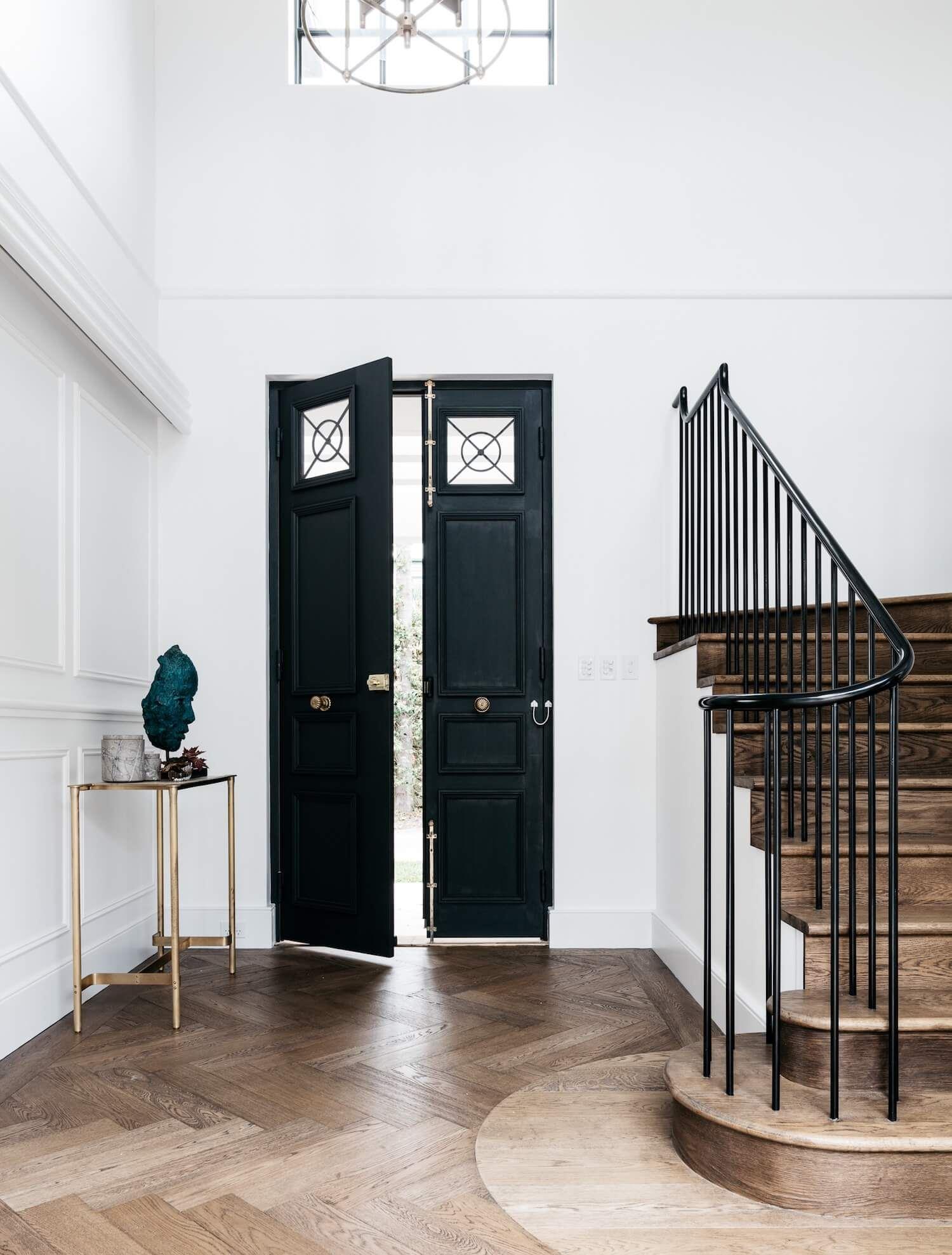 Entrada decorada con estilo francés elegante minimalista en blanco y negro con suelo en madera