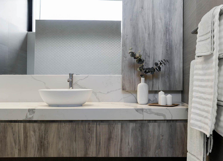 Decoración de interiores de baño de estilo minimalista en madera