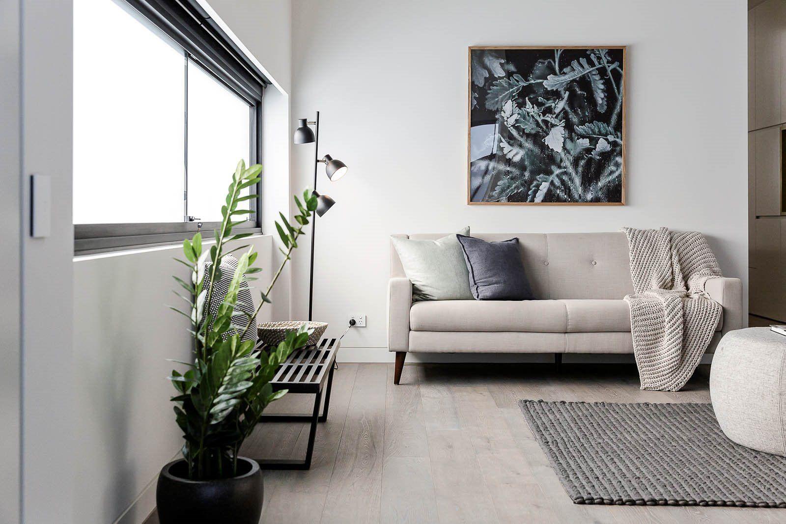 Zona de salón en entreplanta de estilo nórdico y contemporáneo minimalista