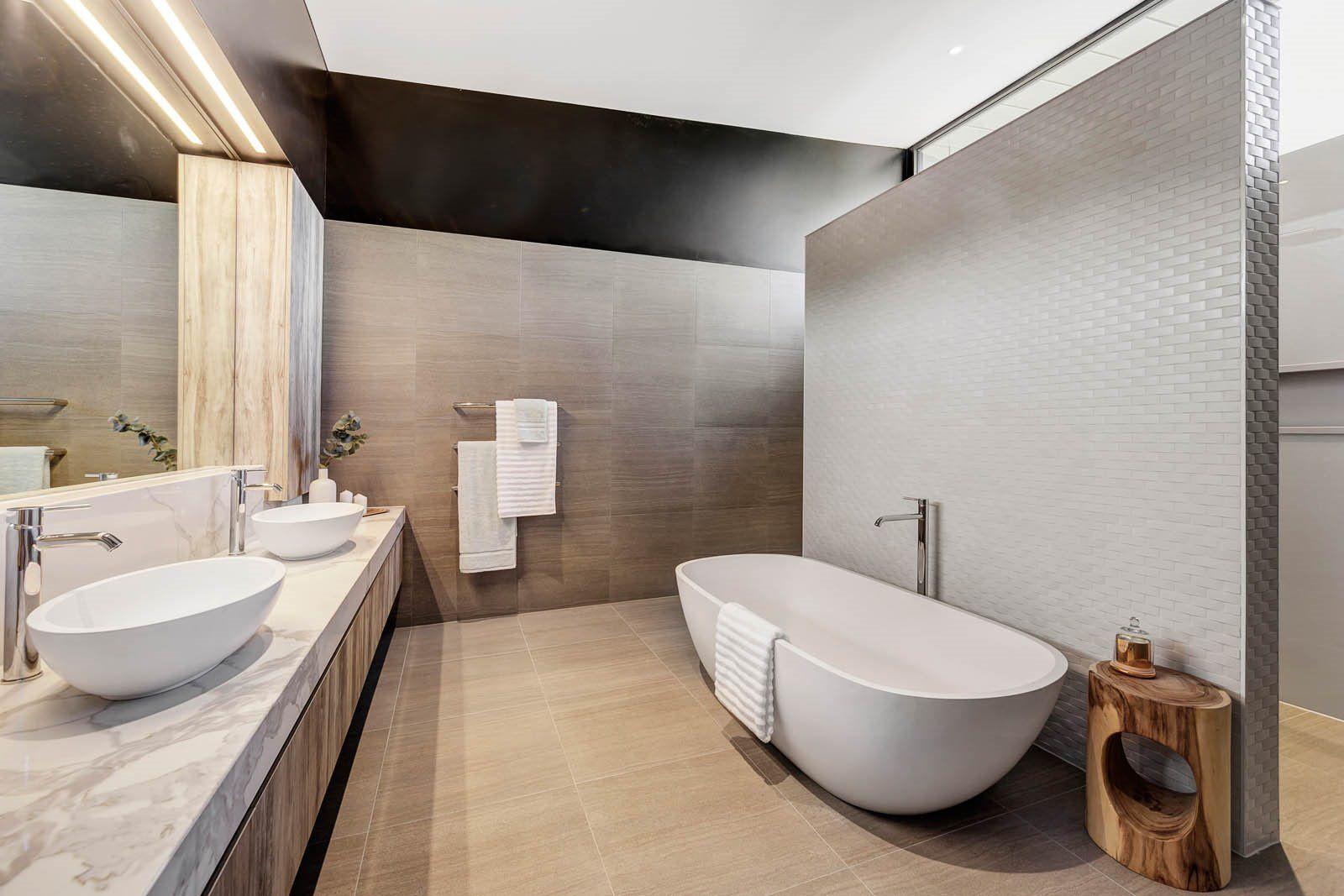 Decoración de interiores para el baño de estilo minimalista y colores neutros