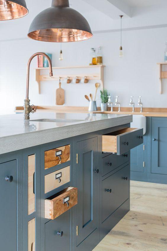 7 errores a evitar antes de diseñar tu cocina, cocina azul y madera