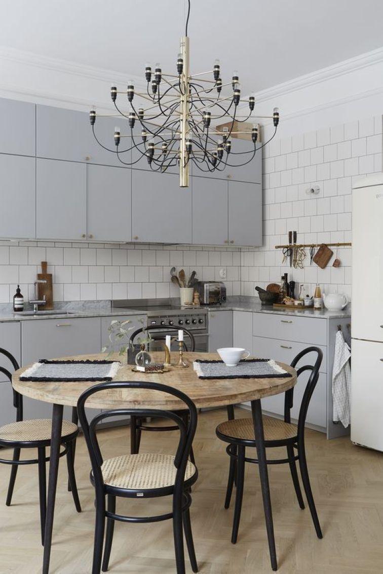 Cocina de estilo nórdico en gris y madera