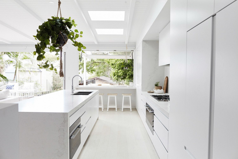 Zona cocina en color blanco y mármol de estilo nórdico rústico