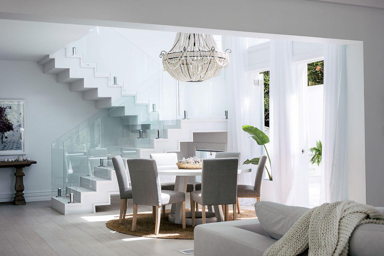 Salón comedor de una casa de verano de estilo contemporáneo y étnico
