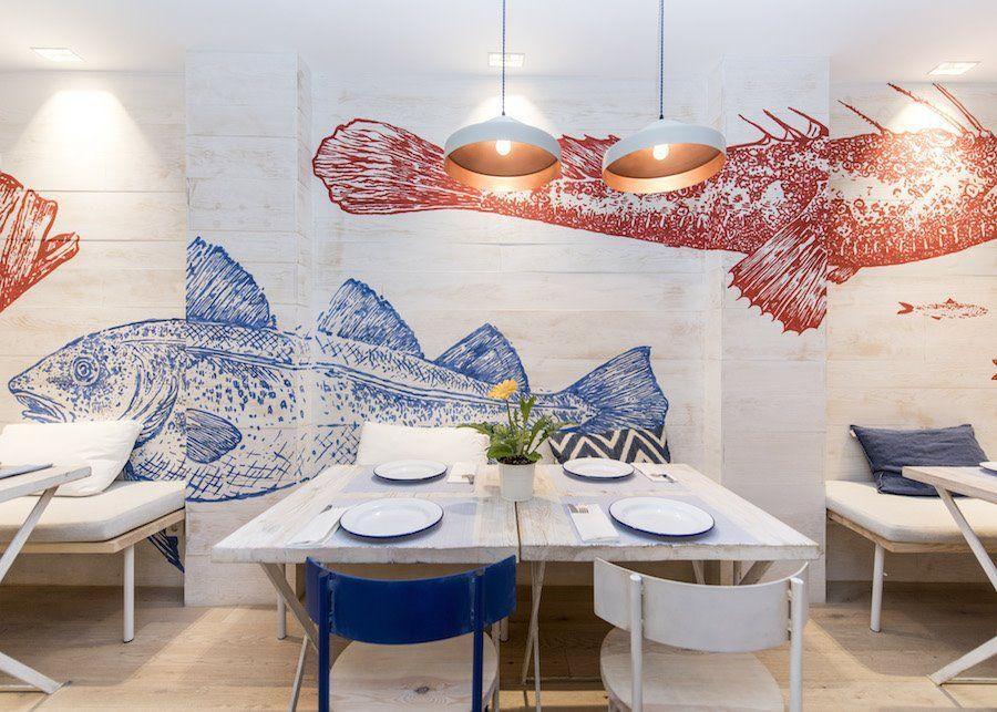 Decoración de interiores mural bicolor del restaurante Chiringuito Martín en Madrid