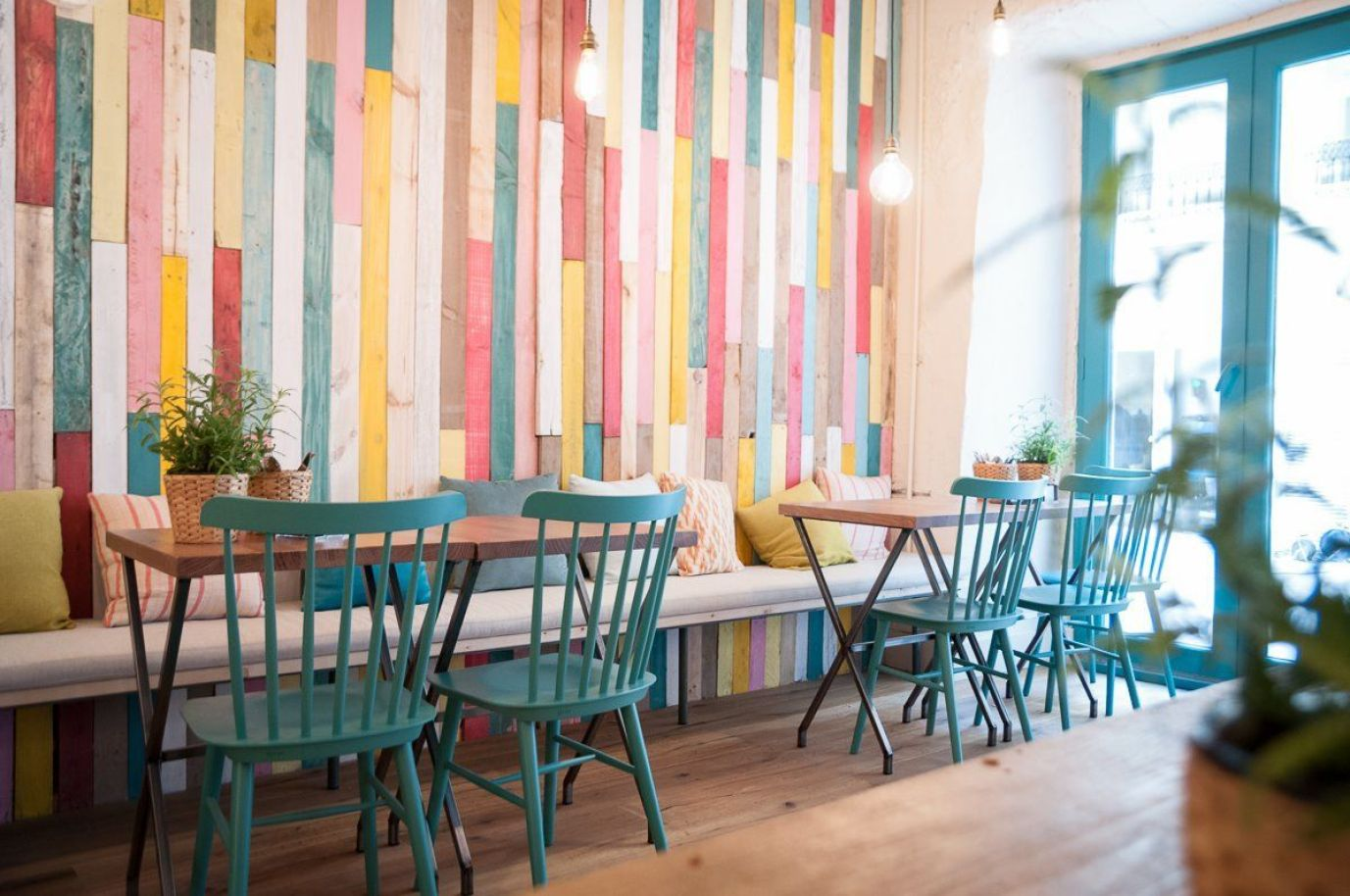 Interiorismo comercial, el interior de estilo vintage, diy y nórdico de el Resto bar El columpio en Madrid