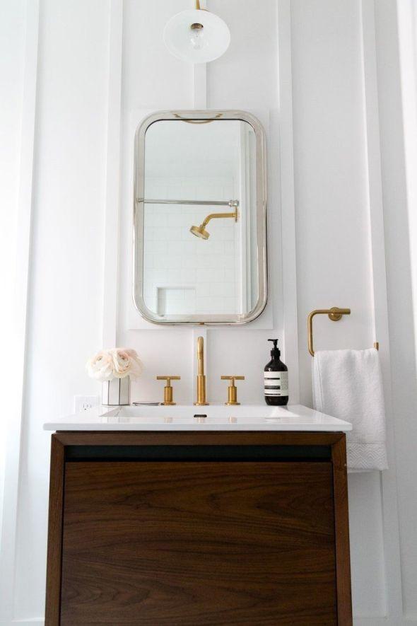 Baño de estilo Mid Century moderno y toques dorados @Utrillanais