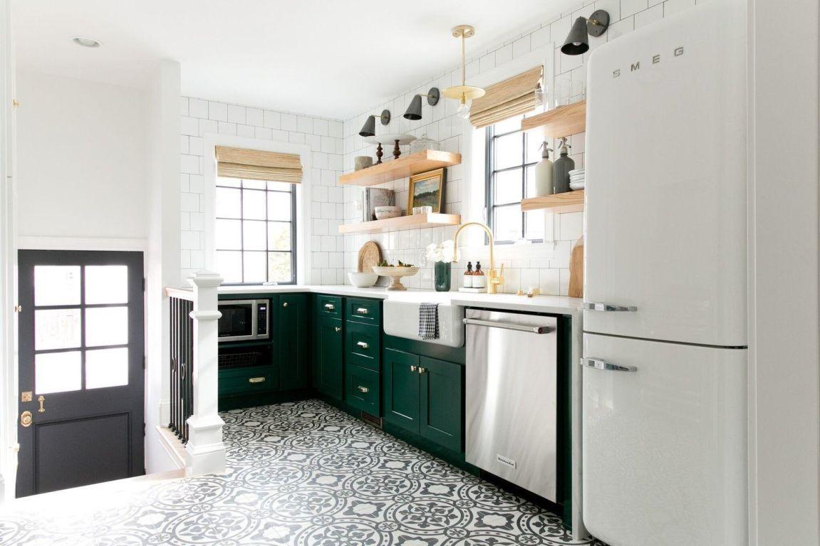 Cocina de estilo farmhouse moderno con detalles en madera natural y suelo hidráulico, en verde y blanco @Utrillanais