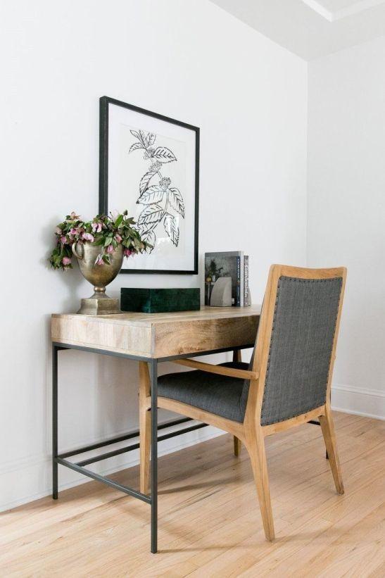 Salón cálido y acogedor de tonos naturales de estilo farmhouse por McGee, zona de trabajo en el salón @Utrillanais