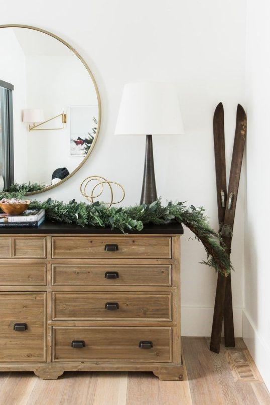 Decoración de Navidad de tonos neutros para una casa de montaña de estilo farmhouse moderno, entrada con guirnalda de ramas de pino natural @Utrillanais