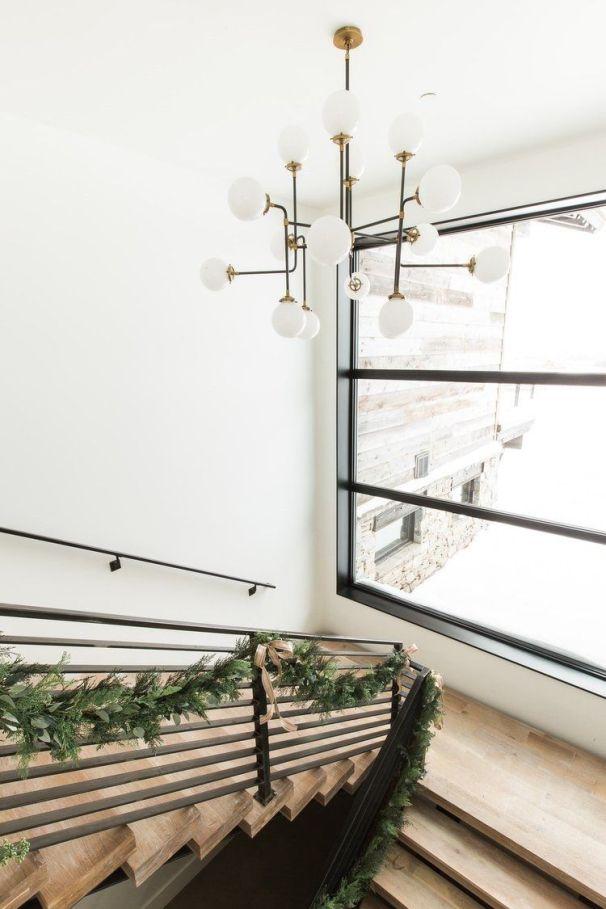 Decoración de interiores de estilo mid century con accesorios navideños de tonos neutros @Utrillanais