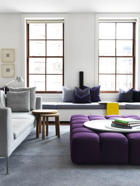 Salón-comedor con piezas en tonos Ultra Violet color pantone 2018 @Utrillanais