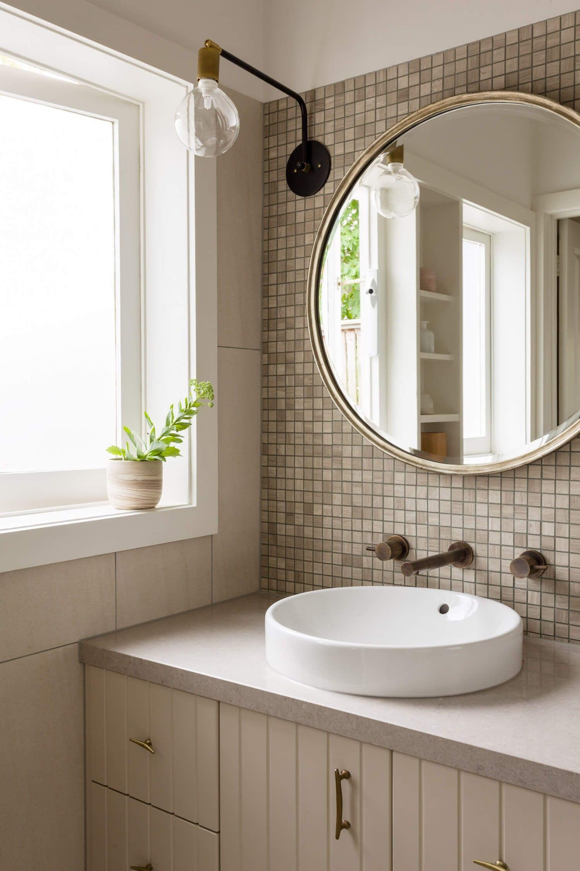 Zona de aseo y baño de estilo nórdico y farmhouse moderno en tonos neutros en Melbourne @Utrillanais