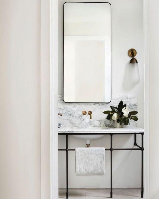 Aseo de cortesía en blanco mármol sofisticado, para espacios reducidos @Utrillanais
