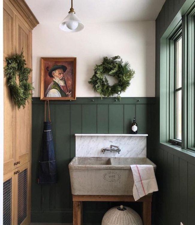 Baño de estilo famhouse moderno en verde intenso, decoración de interiores de estilo shaker