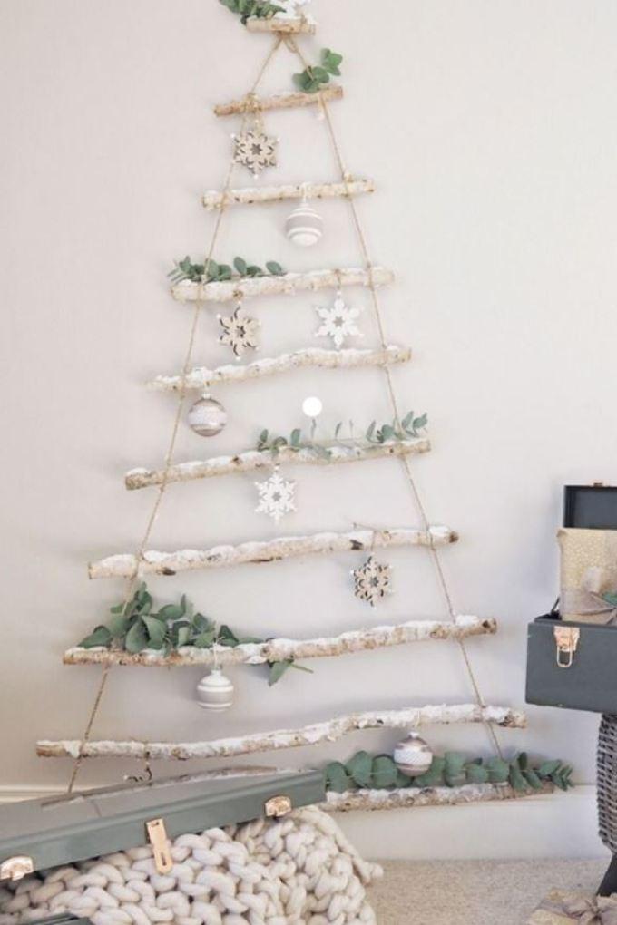 Árbol de Navidad a partir de ramas colgadas de la pared estilo nórdico @Utrillanais