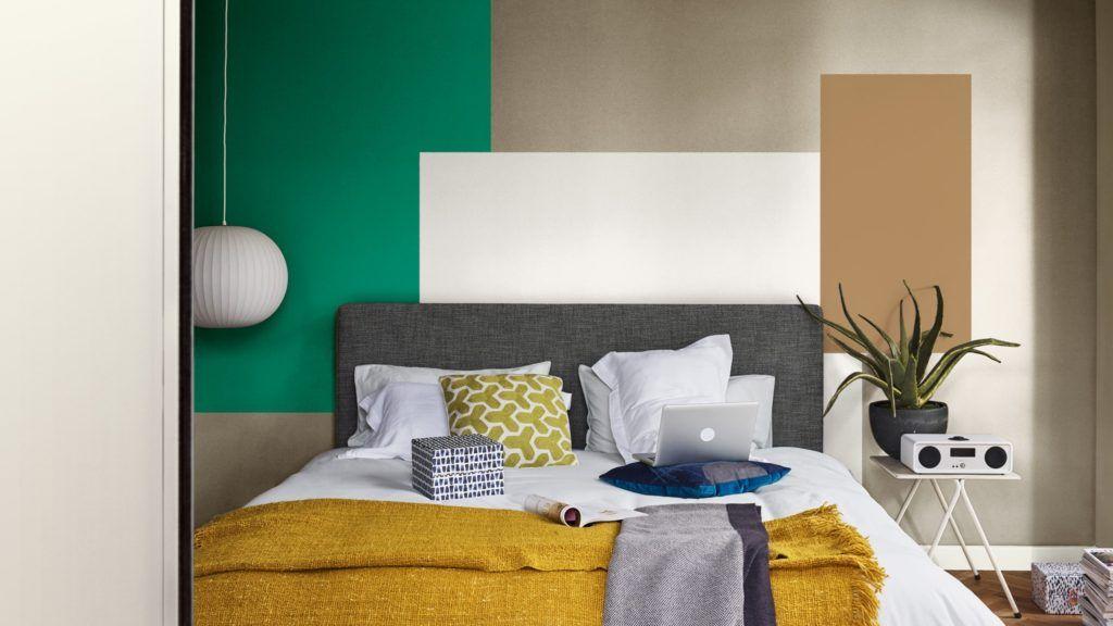 Habitación principal en tonos mostaza y verde, paleta de colores en tendencia 2019 por COlor Future @Utrillanais