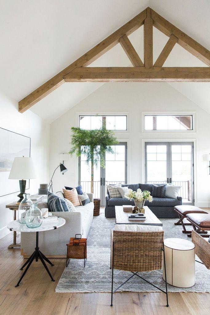 Coloca cortinas o estores que permitan pasar correctamente la luz del sol, inteirorismo de salón por el Studio McGee
