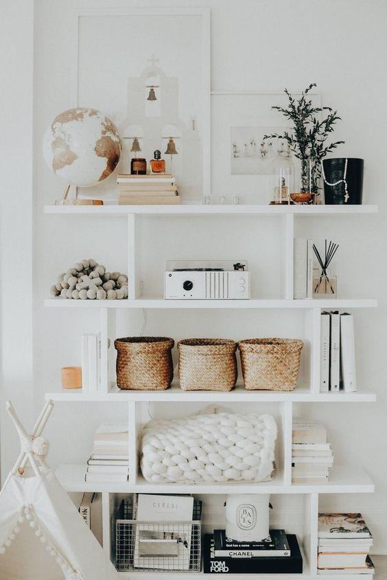 Decoración de estantería de forma equilibrada, ordenada y funcional, beneficios de un buen interiorismo de tu hogar para tu salud @Utrillanais