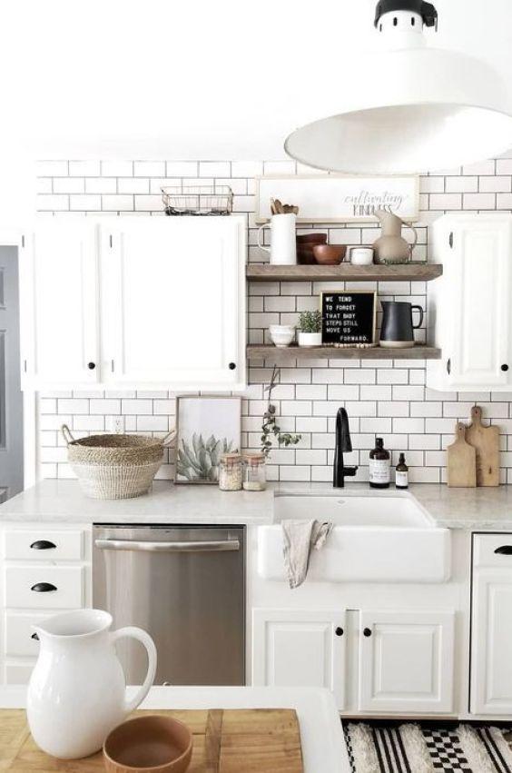 Una cocina pequeña luminosa ordenada con todo a la vista, beneficios de un buen interiorismo de tu hogar para tu salud @Utrillanais