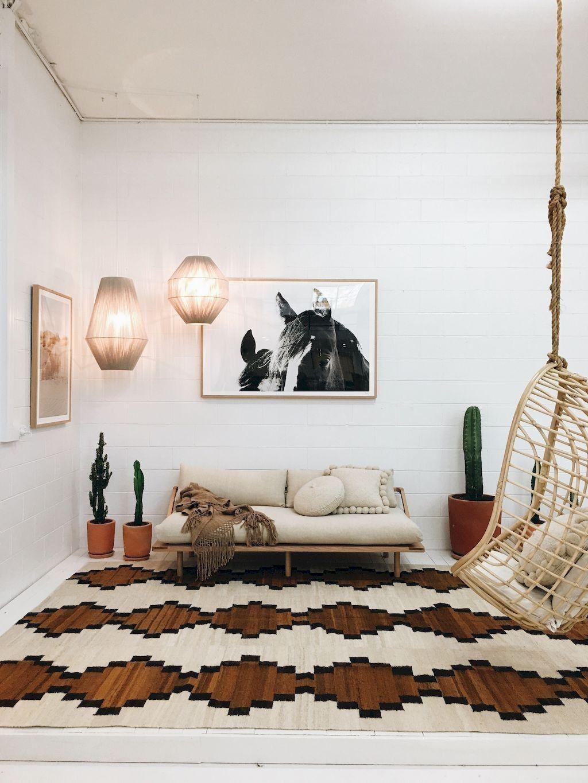 Decoración de interiores de una sala de estar en nuevo estilo boho del desierto @Utrillanais