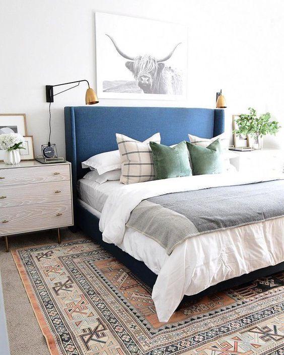 Cabecero de cama de color azul, habitación de estilo boho moderno, ejemplo de cómo puedes incluir el color pantone 2020 en tu hogar, tips deco @Utrillanais
